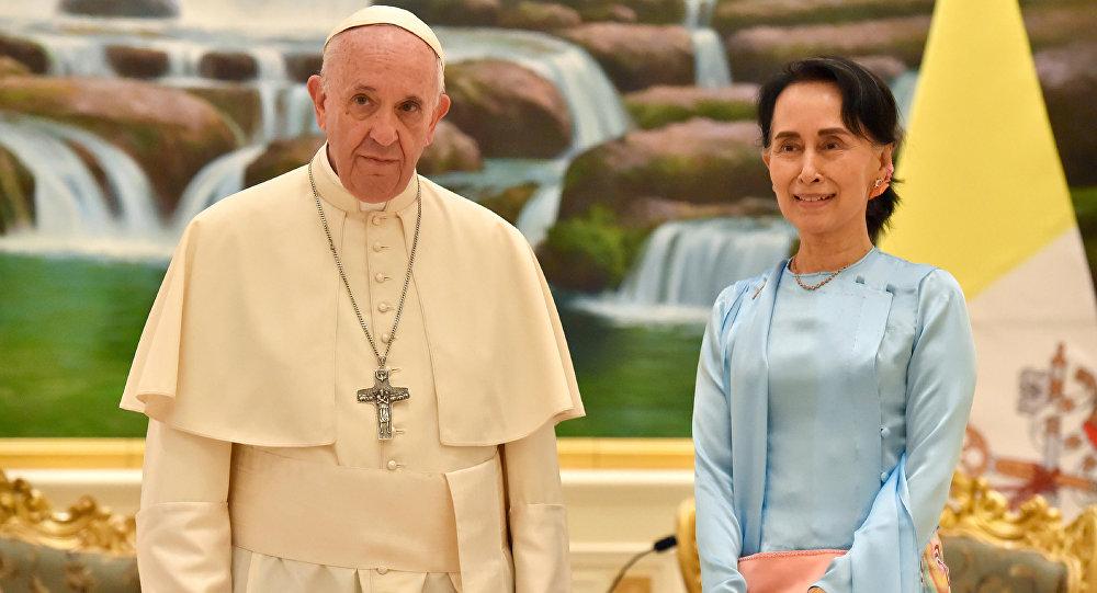 El Papa Francisco y la Consejera de Estado de Birmania, Aung San Suu Kyi