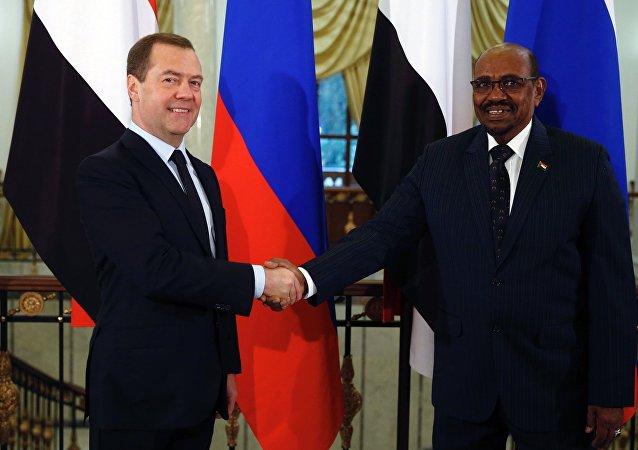Primer ministro de Rusia, Dmitri Medvédev, y presidente de Sudán Omar Bashir