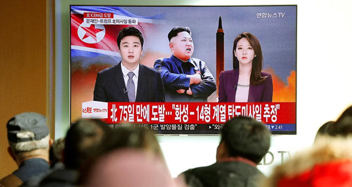 Las noticias sobre el lanzamiento del misil Hwasong-15 por Corea del Norte (archivo)