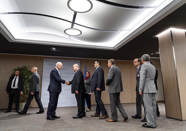Staffan de Mistura, el enviado de la ONU para Siria, saluda a los representantes de la comisión siria para las negociaciones