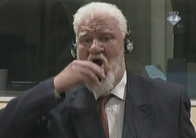 Slobodan Praljak toma veneno en el tribunal de la Haya