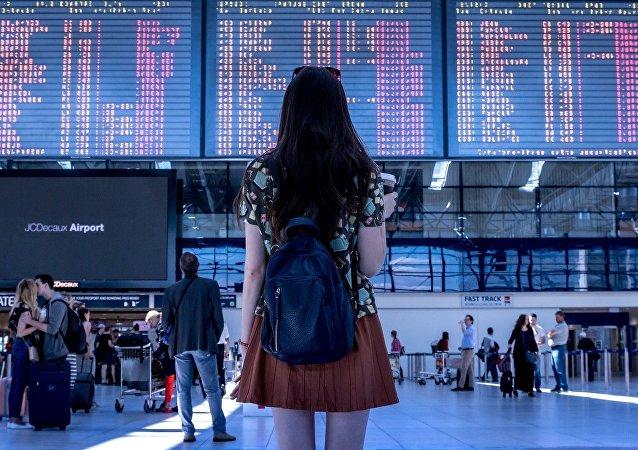 Una mujer en un aeropuerto (imagen referencial)
