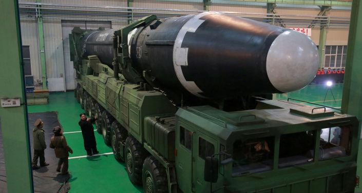 El líder de Corea del Norte, Kim Chong-un, inspecciona el misil balístico Hwasong 15