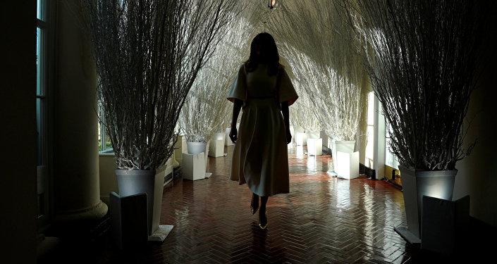 Melania Trump, primera dama de EEUU, camina por los corredores decorados de la Casa Blanca