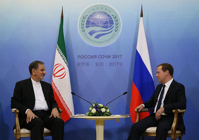 Primer vicepresidente de Irán, Eshaq Yahanguiri, con primer ministro ruso, Dmitri Medvédev