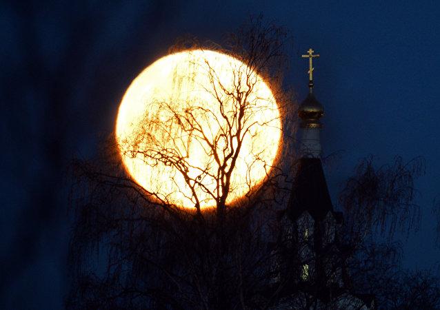 La Superluna visra desde Moscú en el año 2016 (archivo)