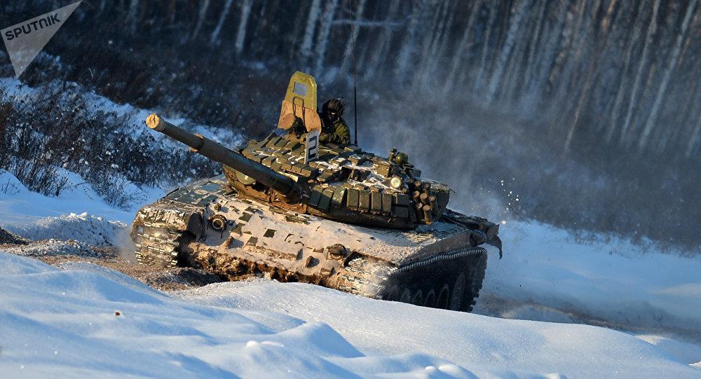 Un tanque ruso T-72 sobre la nieve