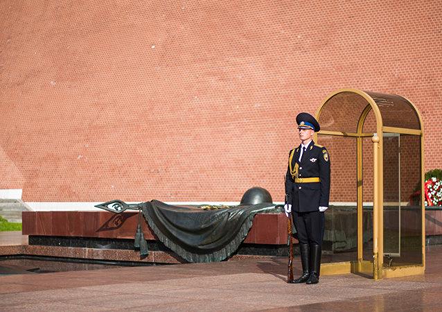 Un soldado guarda la Tumba del Soldado Desconocido en Moscú