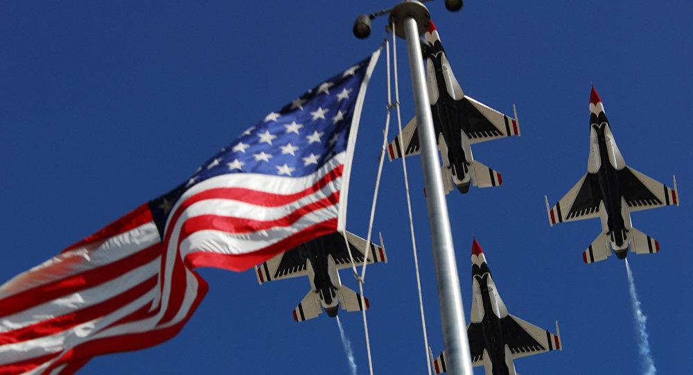 Aviones estadounidenses sobrevolando la bandera de EEUU (archivo)
