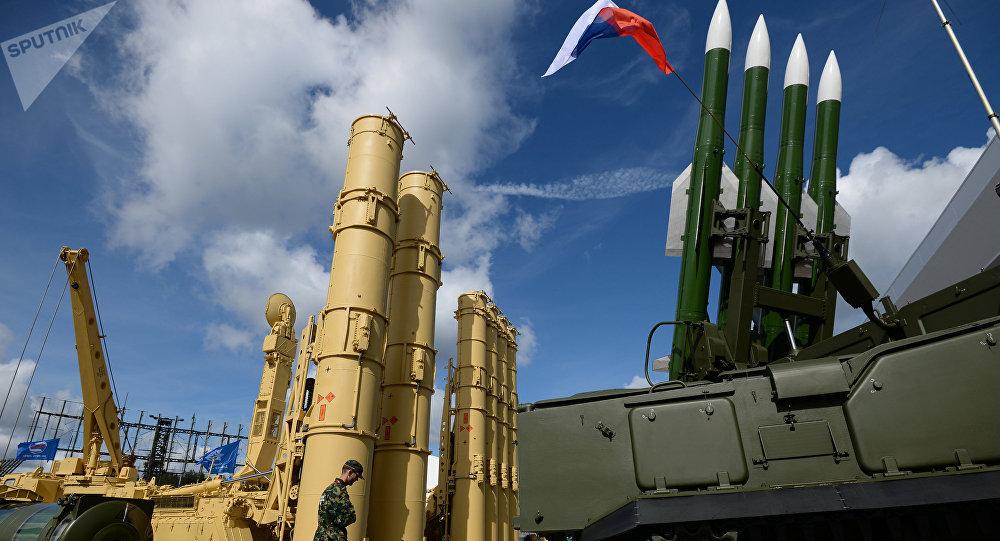 Sistemas antiaéreos rusos S-300VM Antey-2500 (izda.) y SA-17 Buk-M2 (dcha.)  en el foro Army 2016
