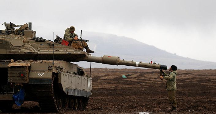 Soldados israelíes sobre tanques en los Altos del Golán, en la frontera entre Israel y Siria