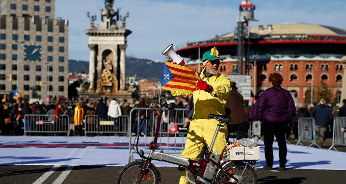 Un hombre con la bandera de Cataluña (archivo)