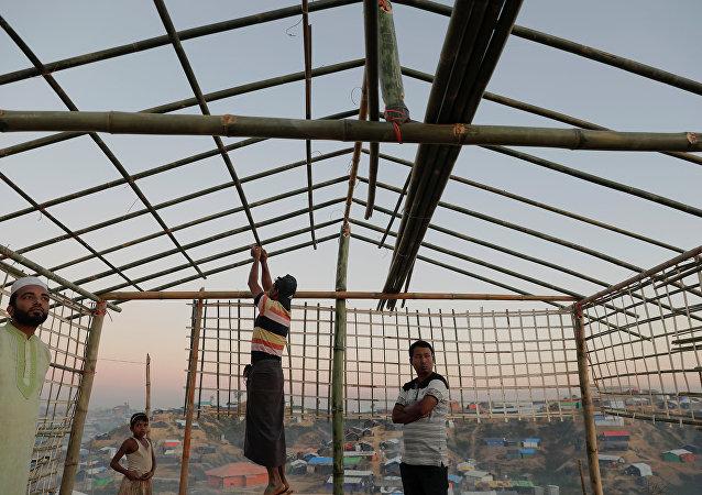 Los refugiados rohinyás construyen una escuela (imagen referencial)