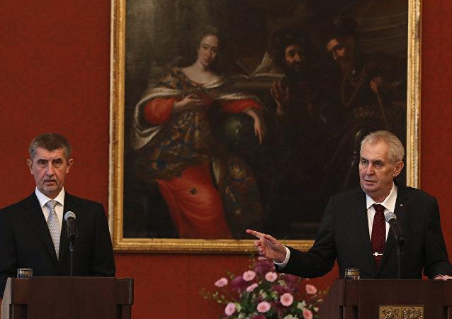 El presidente checo, Milos Zeman y el nuevo primer ministro de la República Checa, Andrej Babis