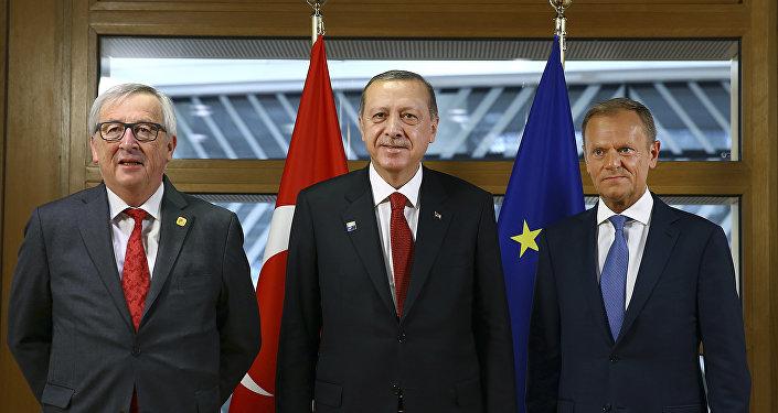 Jean-Claude Juncker, Recep Tayyip Erdogan y Donald Tusk antes de la reunión de la OTAN en Bruselas, Bélgica.