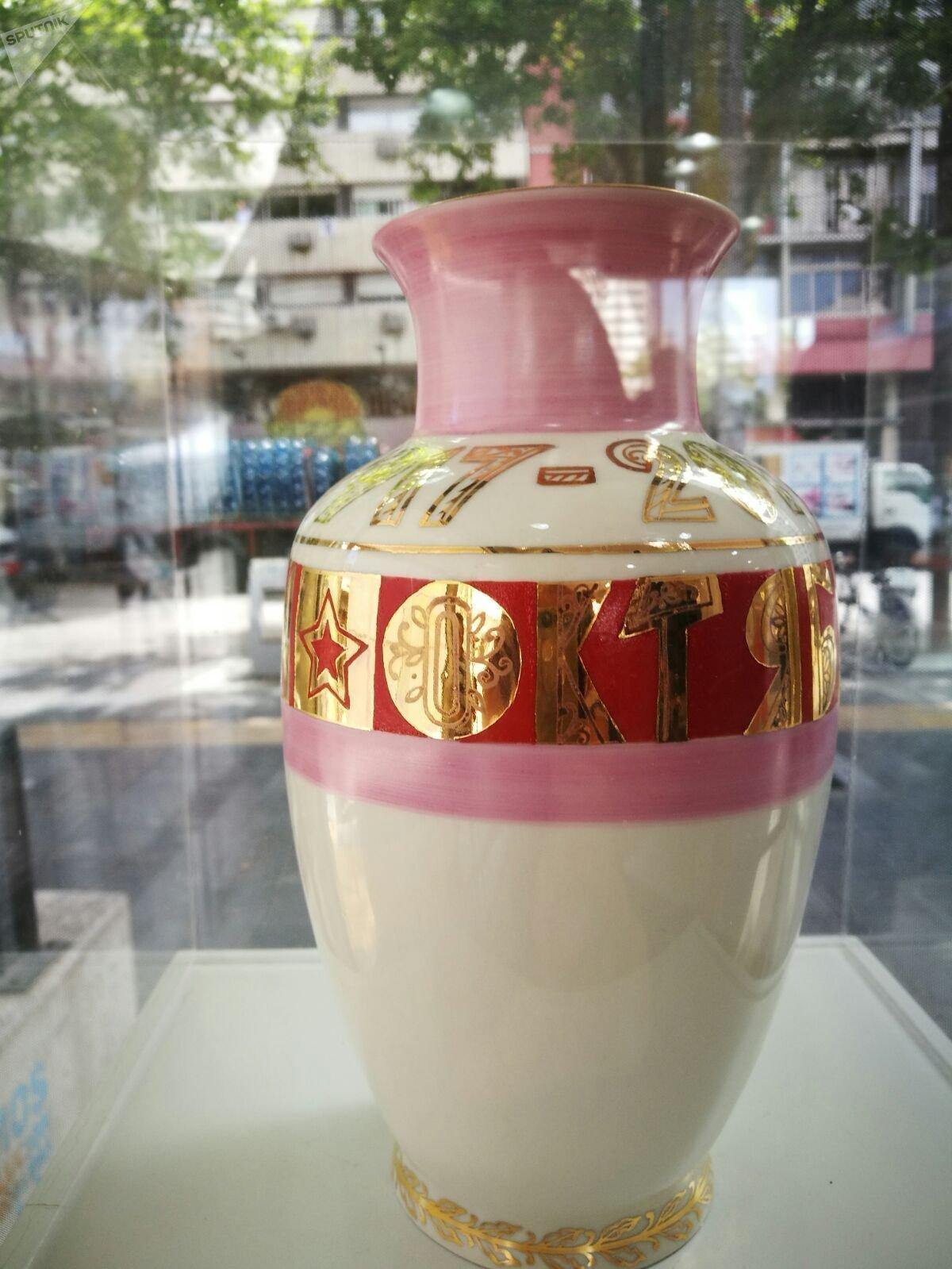 Jarrón de porcelana conmemorativa de los 100 años de octubre realizado por el artesano Mikhail Obrubov realizado exclusivamente para la muestra '100 años de Octubre Rojo', en Montevideo, Uruguay.