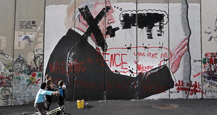 Un graffiti con el retrato del presidente de EEUU, Donald Trump, en Belén, Palestina