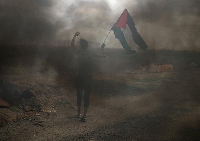 Un manifestante con la bandera de Palestina en el sur de la Franja de Gaza