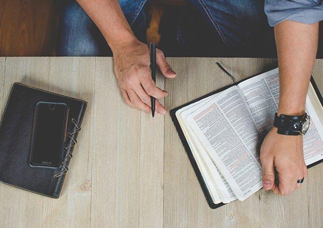 Un hombre de negocio con una Biblia (imagen referencial)