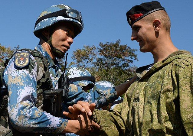 Un soldado chino y un soldado ruso durante las maniobras conjuntas ruso-chinas (archivo)