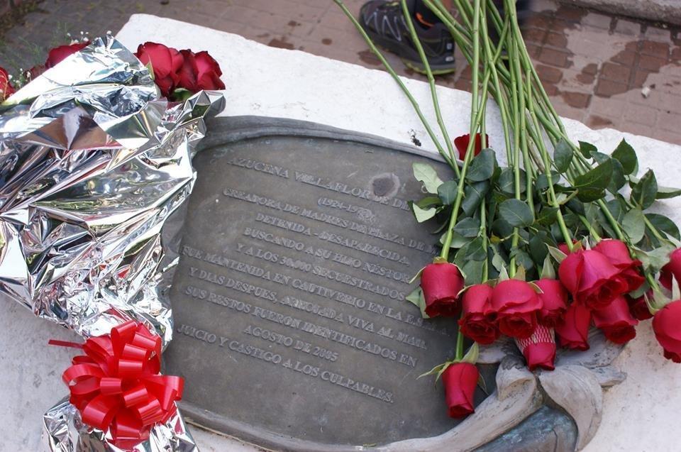 Placa de Azucena Villaflor, la fundadora de las Madres de Plaza de Mayo