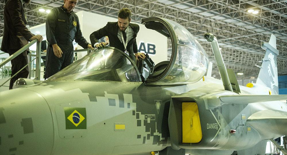 Un modelo de un caza Gripen que será utilizado por la FAB