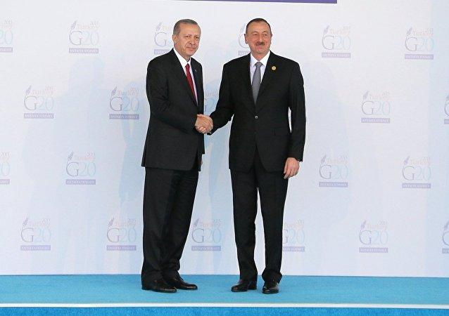 El presidente de Azerbaiyán, Ilham Aliyev con su homólogo turco, Recep Tayyip Erdogan