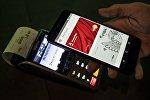 Una persona realiza un pago con su teléfono en Moscú