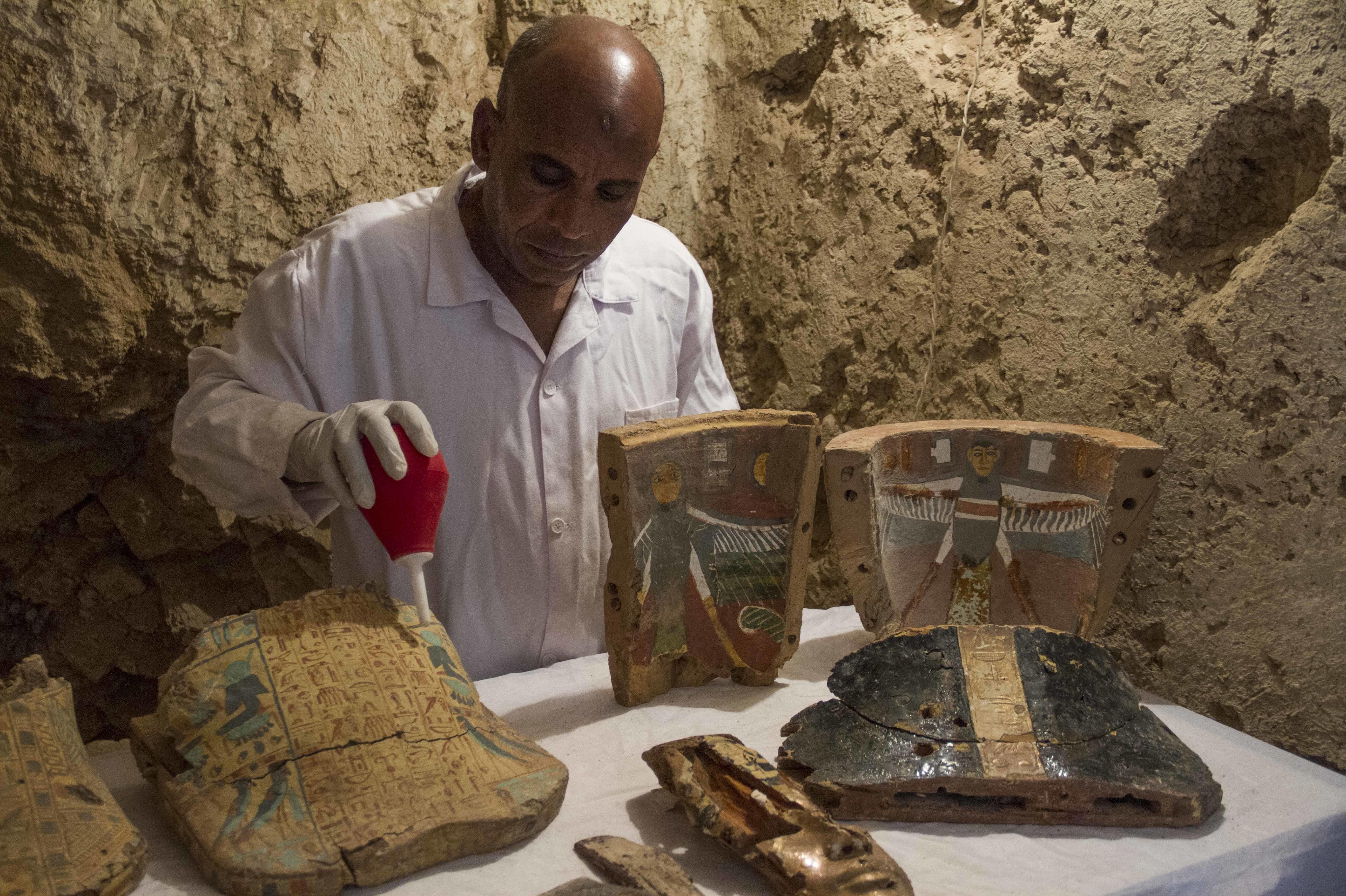 Uno de los implicados en las labores de excavación restaura material funerario en la tumba Kampp 161