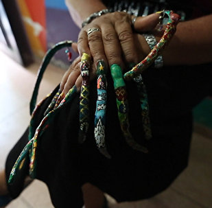Esta colombiana aspira a tener las uñas más largas del mundo