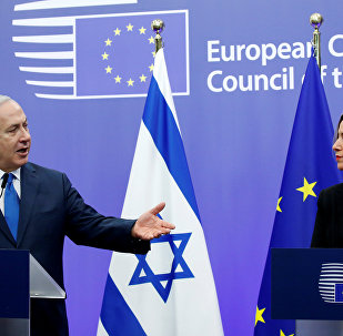 El primer ministro de Israel, Benjamín Netanyahu, y la jefa de la diplomacia europea, Federica Mogherini