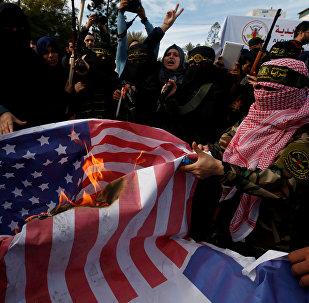 Los palestinos, quemando la bandera de EEUU