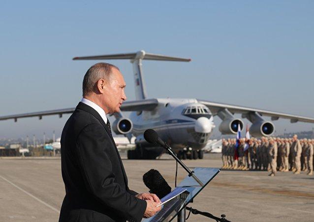 La visita sorpresa de Putin a la base aérea rusa de Hmeymim, en imágenes