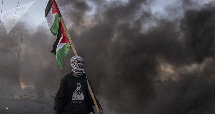 Un hombre con la bandera de Palestina