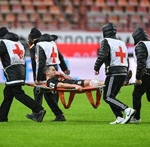 Médicos en un campo de fútbol (imagen referencial)