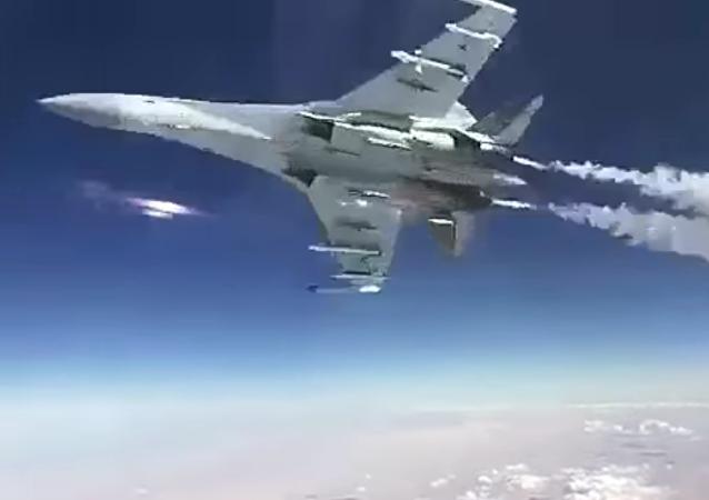 Dos cazas rusos realizan un truco extremo en Siria
