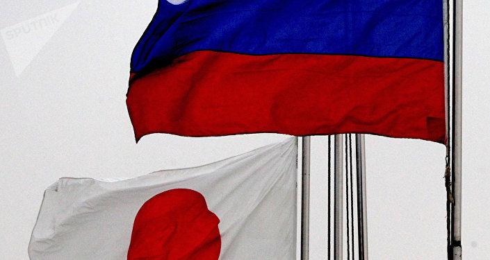 Banderas de Japón y de Rusia