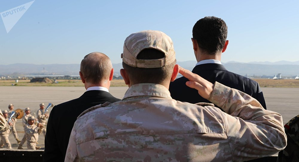 El presidente de Rusia, Vladímir Putin (izquierda), el Ministro ruso de Defensa, Seguéi Shoigú (centro), y el presidente de Siria, Bashar Asad (derecha) en la base aérea Hmeymim, Siria