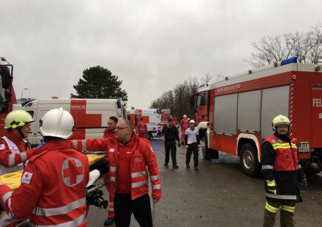 Bomberos en el lugar de la explosión en la estación de gas de Baumgarten