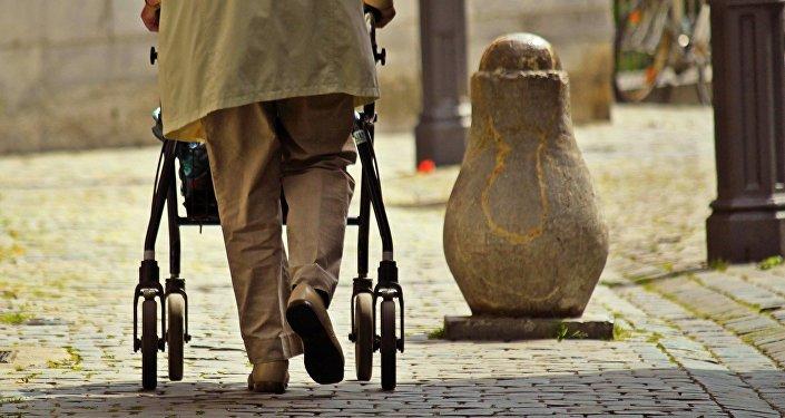 Una persona mayor caminando
