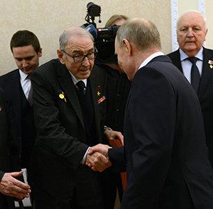 El presidente de Rusia Vladímir Putin durante la conversación con directivos del complejo industrial militar