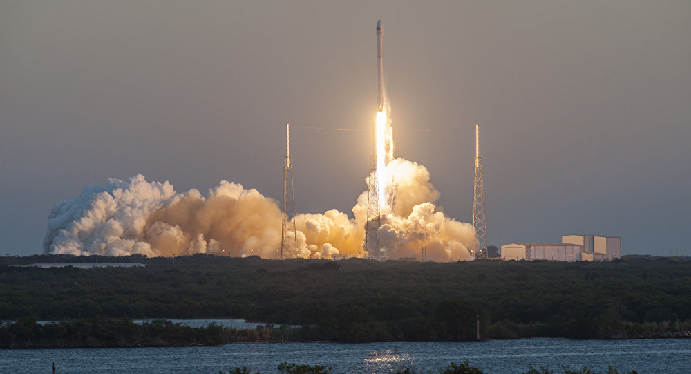 SpaceX lanza cohete Falcon 9 con carguero Dragon hacia la EEI