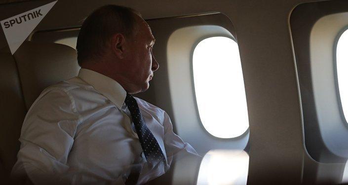Vladimir Putin durante el vuelo a Siria