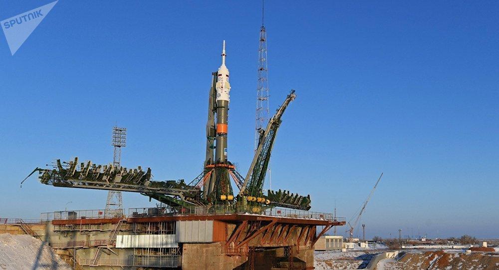 El cohete portador Soyuz-FG con la nave espacial Soyuz MS-07 en la rampa de lanzamientos del cosmódromo Baikonur