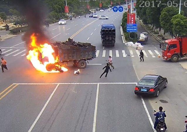 La motocicleta choca contra un camión