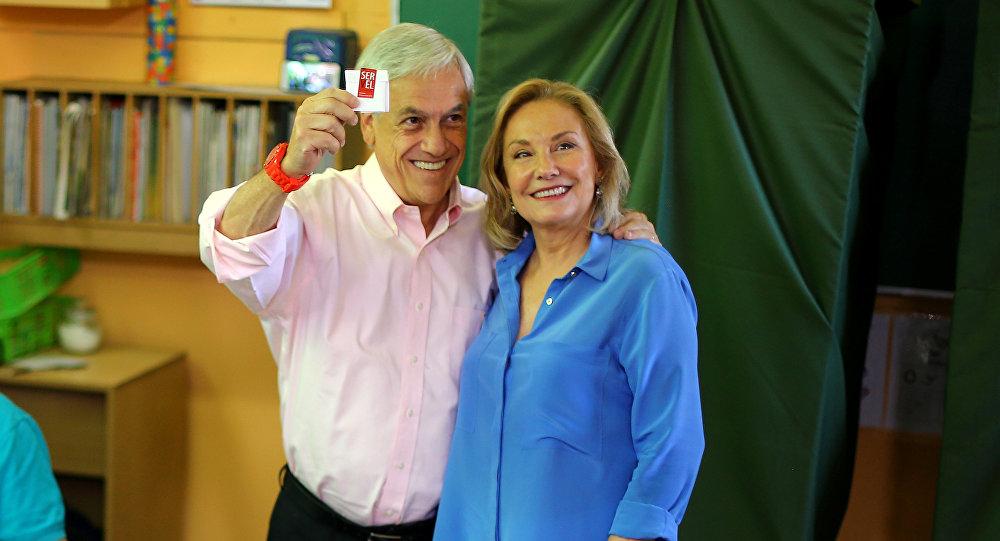 El candidato de derecha y expresidente de Chile, Sebastián Piñera con su esposa Cecilia Morel