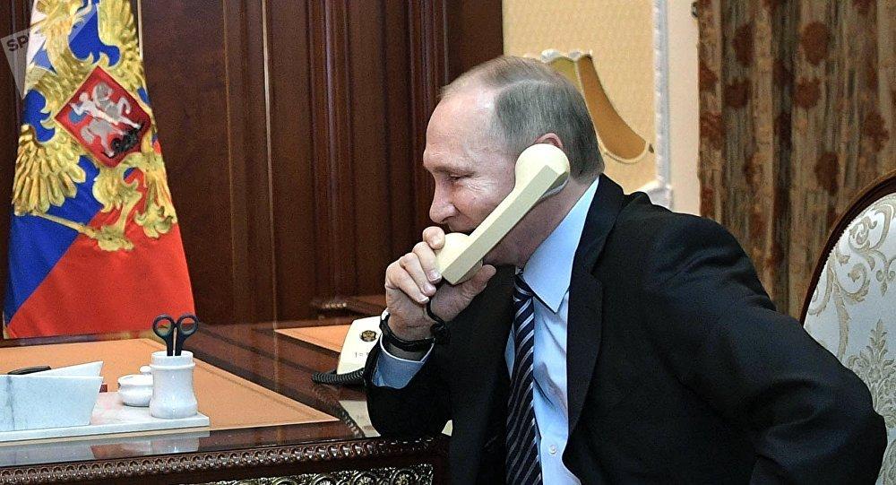 Vladímir Putin, presidente de Rusia, habla por teléfono (archivo)