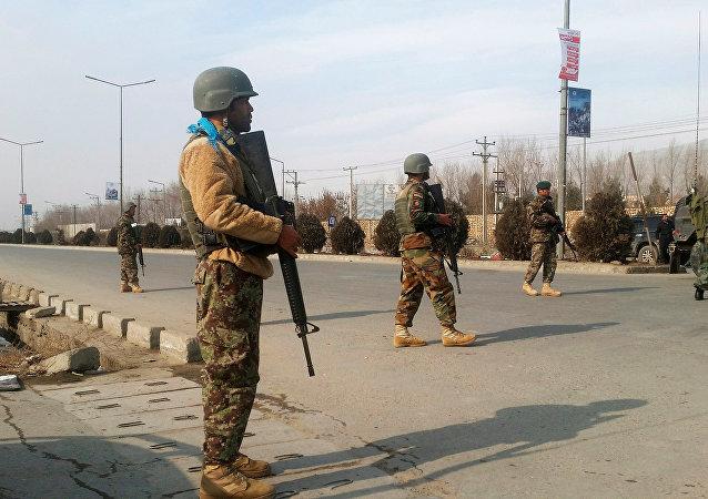 Fuerzas de seguridad afganas en el lugar del ataque en Kabul