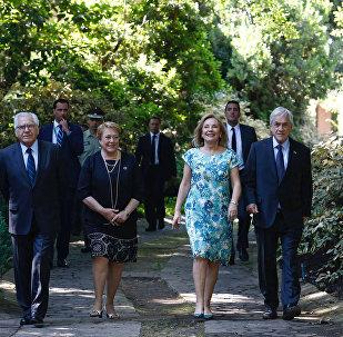 La presidenta de Chile, Michelle Bachelet, llega a la casa del mandatario electo, Sebastián Piñera