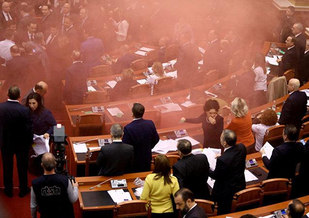 Opositores echan bombas de humo en el interior del Parlamento albano